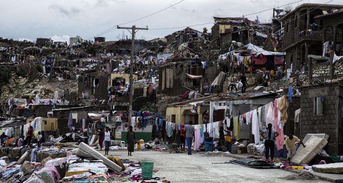 """MIA17. PUERTO PRÕNCIPE (HAITI), 7/10/2016.- FotografÌa cedida por la MINUSTAH que muestra a los habitantes de la ciudad de Jeremie (Haiti) el jueves 6 de octubre, en el oeste del paÌs, que junto a Les Cayes, sufriÛ la mayor destrucciÛn a consecuencia del hurac·n de categorÌa 4 Matthew. La cifra de muertos en HaitÌ por el paso del hurac·n Matthew se disparÛ hoy, viernes 7 de octubre de 2016, a 820, seg˙n informÛ a Efe una fuente del Gobierno haitiano. La cifra pr·cticamente duplica el n˙mero de fallecidos que facilitÛ a primeras horas de hoy ProtecciÛn Civil. EFE/UN/MINUSTAH/Logan Abassi/S""""LO USO EDITORIAL/NO VENTAS       HAITÕ HURACANES ATL¡NTICO"""